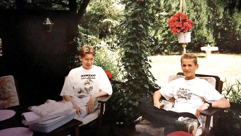 Lasse og Jannik blev venner tilbage i 1992. Her ses de som børn. Foto: Privat.