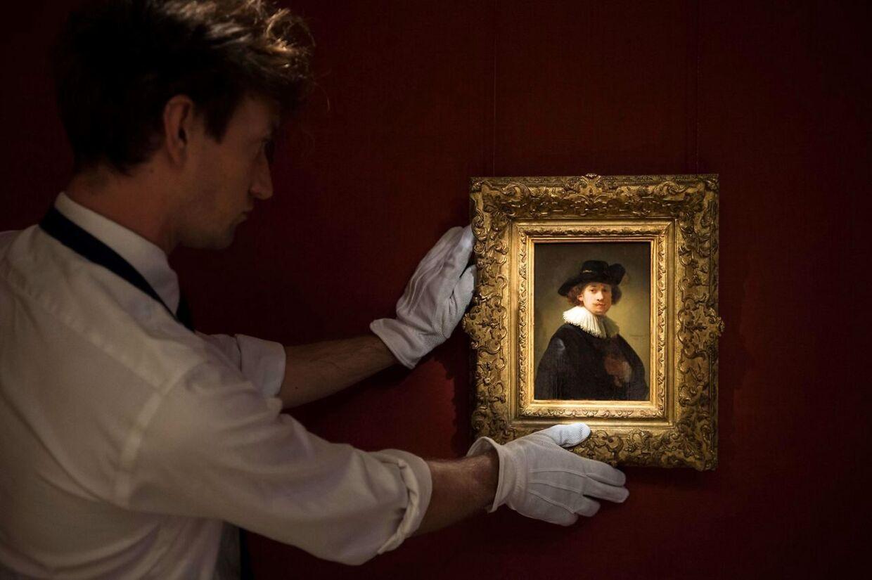 En assistent med Rembrandts selvportræt.