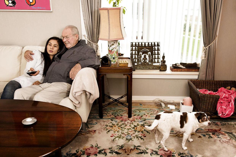 Klaus Pagh i sit hjem i Tuborg Havn, hvor han bor med sin kone, Usanee, sin datter Pawarisa, som han har adopteret, og hunden Polly.