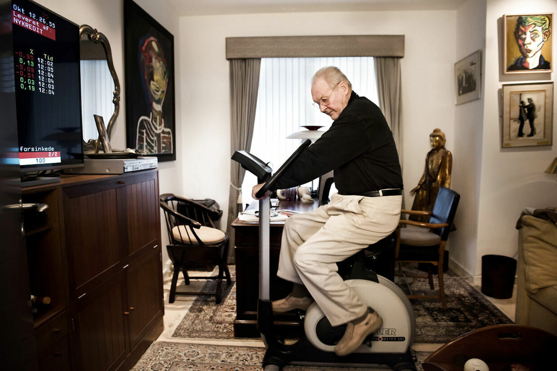 Klaus Pagh i sit hjem i Tuborg Havn. Hver dag cykler Klaus Pagh på sin kondicykel, som han har fået af Amin Jensen, imens kører dagens aktier på tekst-tv.