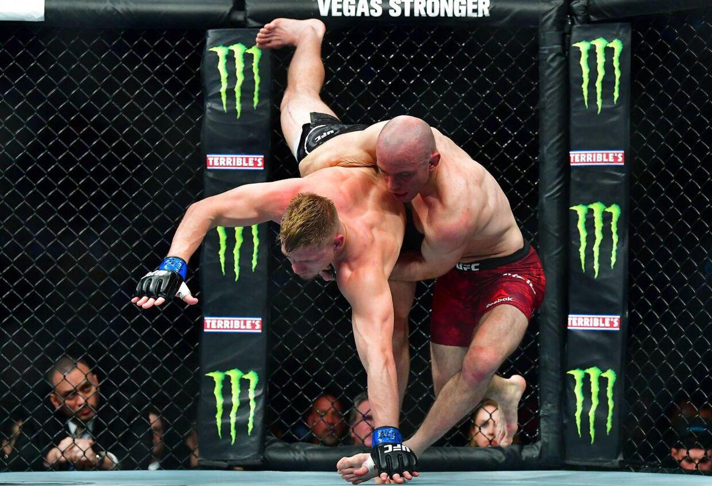 Mark O. Madsen smider rundt med Austin Hubbard ved UFC 248 i Las Vegas, Nevada.