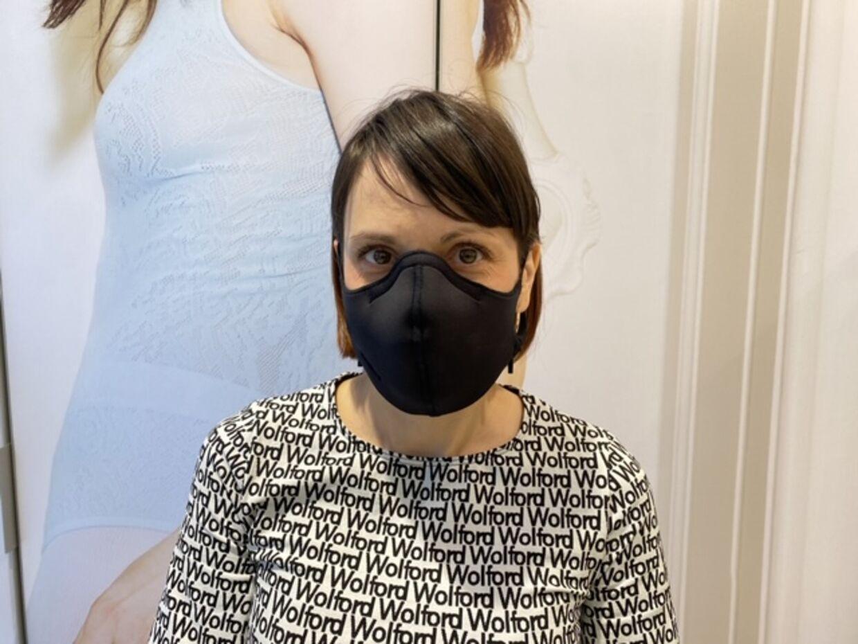 De ansatte i Wolfords butikker i Danmark bærer ikke mundbind, men B.T. har fået Karolina Zarzycka, Clienteling Ambassador hos Wolford, til at vise, hvordan det ser ud, når man tager det på.