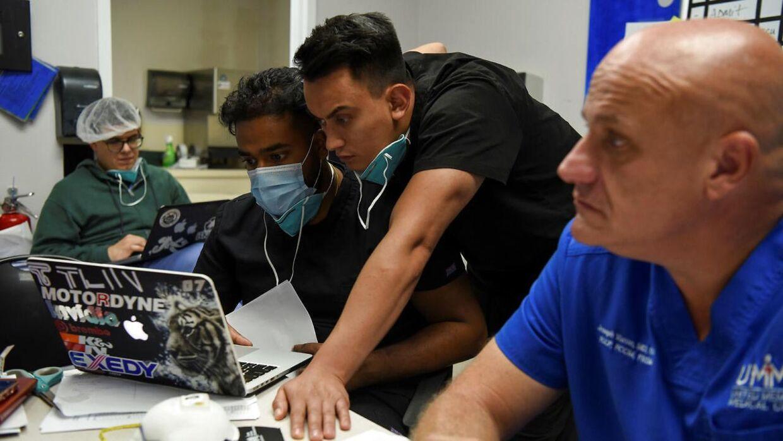 Her de ansatte på under et dagligt møde på United Memorial Medical Center. Joseph Varon til højre i billedet.