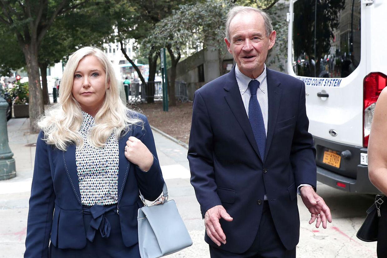 Advokaten David Boies ankommer med sin klient Virginia Giuffre.