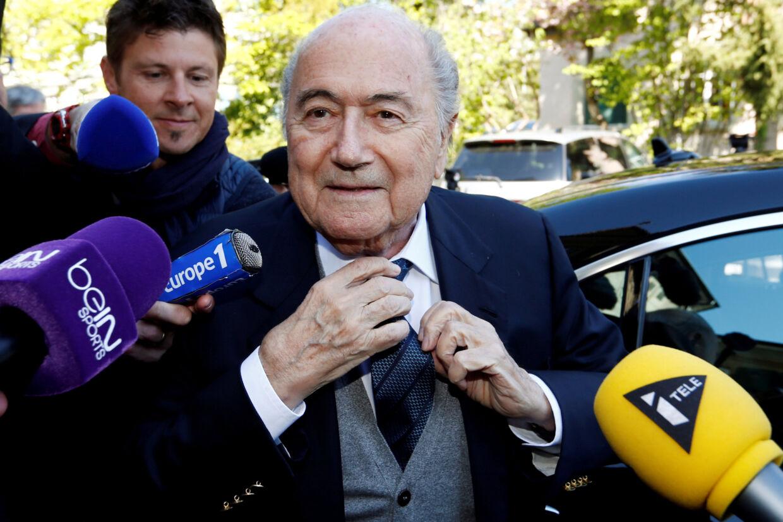 Den tidligere Fifa-præsident Sepp Blatter, der er suspenderet fra al fodbold på grund af korruption, mener, at Fifa bør suspendere den siddende Fifa-præsident, Gianni Infantino. Denis Balibouse/Reuters