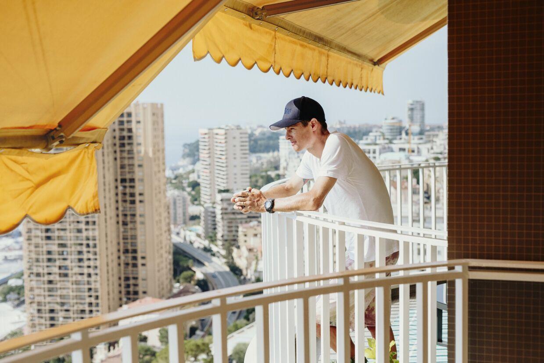 Jakob Fuglsang på sin altan i lejlighedskomplekset i Monaco, hvor B.T. har besøgt den danske cykelrytter til en snak om 2020-sæsonen