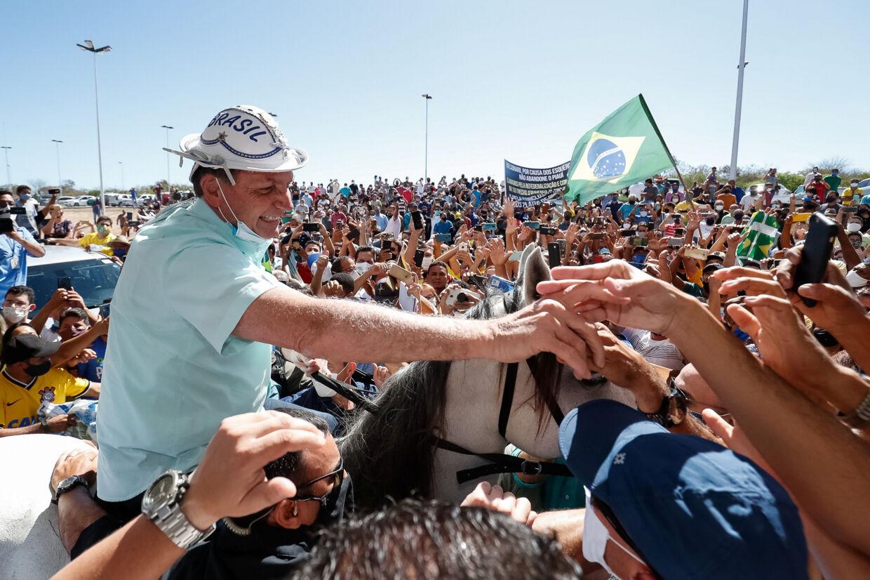 Brasiliens præsident, Jair Bolsonaro, hillste torsdag på sine tilhængere for første gang siden hans tre uger lange coronakarantæne. Her fjernede han blandt andet sin ansigtsmaske til store bifald. Brazilian Presidency/Reuters