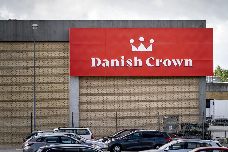Danish Crown slagteriet i Ringsted, onsdag den 29. juli 2020.Danish Crown har opdaget coronavirus hos flere medarbejdere på sit slagteri i Ringsted. Tirsdag fortalte virksomheden, at tre medarbejdere på slagteriet var blevet testet positive for virusset. Onsdag kan virksomheden fortælle, at der nu er mindst 15 smittede.