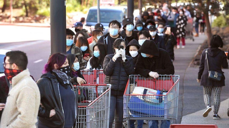 Borgere stod i kø foran supermarkeder i Melbourne 2. august i forventning om, at myndighederne ville indføre hårde restriktioner samme dag.