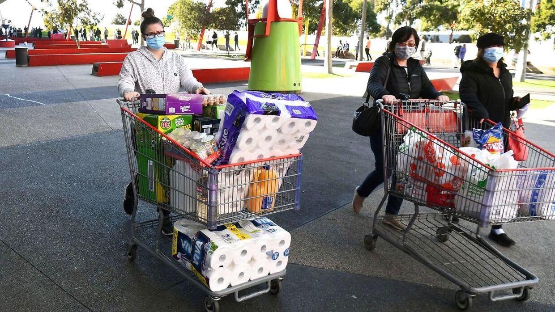 Folk fyldte indkøbsvognene.