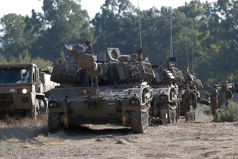 Israelske artlilly-enheder er opstillet langs grænsen til Libanon.