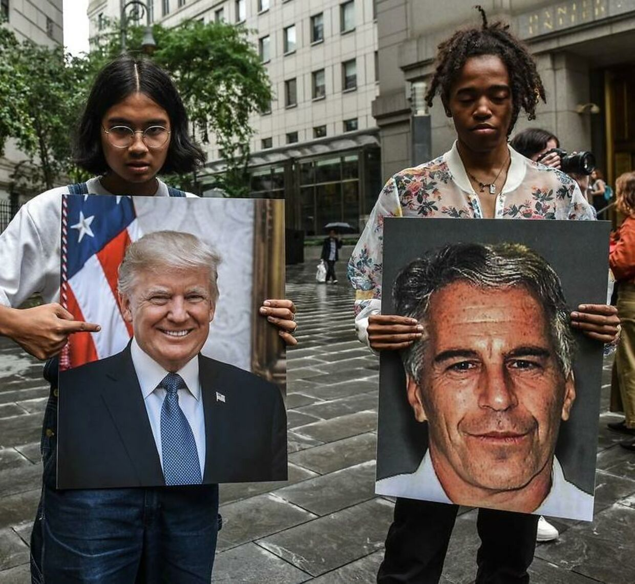 Demonstranter i New York holder foto af de to eks-venner Jeffrey Epstein og Donald Trump.