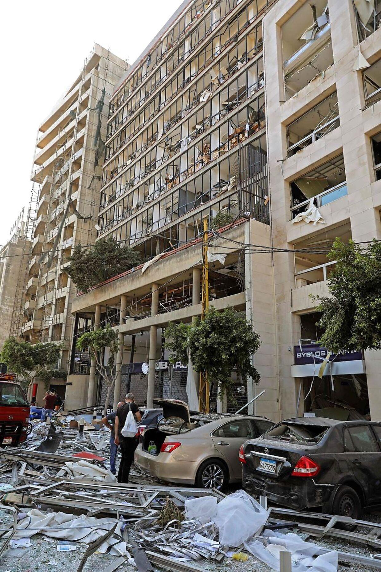 Trykbølgen fra eksplosionerne har ødelagt bygninger mange kilometer fra epicenteret. AFP.