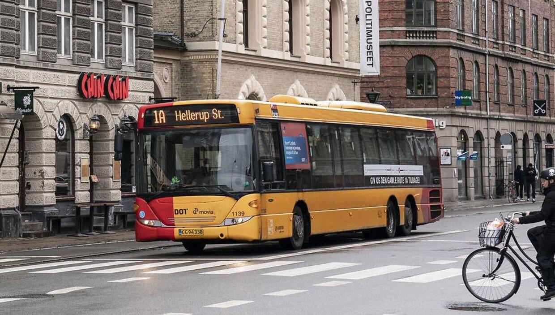 Busser og tog er 'fremragende' til at sprede smitte, men da det er en bærende samfundsstøtte, så lukker den offentlige transport ikke ned. Men der kan komme yderligere restriktioner.