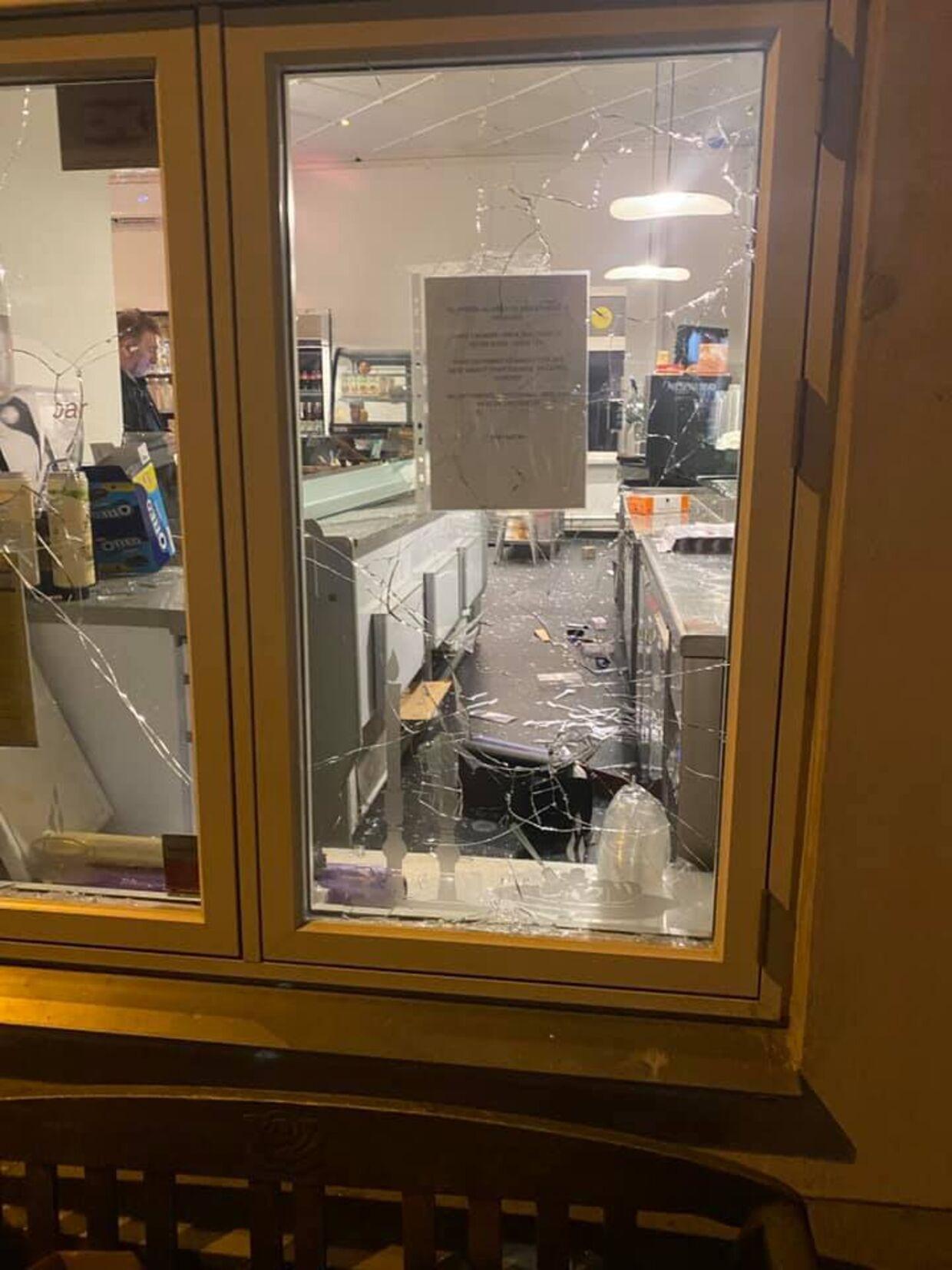 Gerningsmanden kastede sine store sten ind gennem vinduerne til sandwichbutikken i Odder.