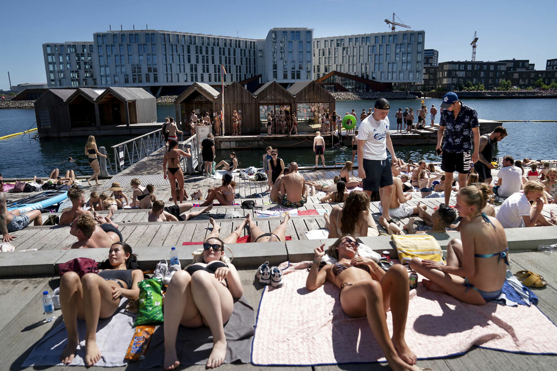 Bade og solgæster nyder sommervejret ved Nordhavn mandag den 1. juni 2020. Denne weekend kommer hedebølgen tilbage til Danmark. Ritzau Scanpix.