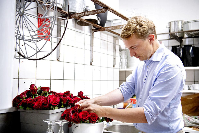 Her ses, hvordan Morten Messerschmidt blandt andet bruger tid på at ordne roserne på Bakkens Hvile. Mandag spurgte han sin kæreste, Bakkensangerinden Dot Wessman, om hun fandt det i orden, at han nu bliver næstformand for Dansk Folkeparti.