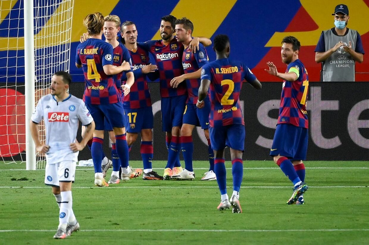 Barcelona's Uruguayan forward Luis Suarez (rear R) celebrates with teammates after scoring penalty kick during the UEFA Champions League round of 16 second leg football match between FC Barcelona and Napoli at the Camp Nou stadium in Barcelona on August 8, 2020. (Photo by LLUIS GENE / AFP)