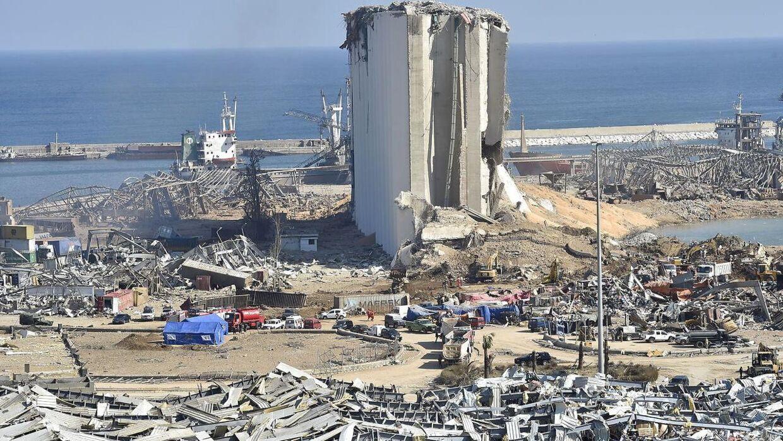 Et luftfoto af havneområdet viser ødelæggelserne fra den eksplosionen i Beirut, som har kostet mindst 154 personer livet.
