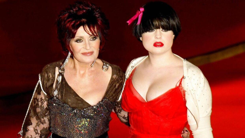 Kelly Osbourne med sin mor, Sharon Osbourne, tilbage i 2009, hvor der var betydeligt flere kilo på kendisdatterens krop.