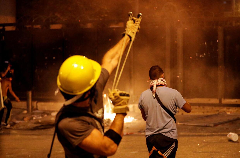 Demnonstranter kaster sten efter parlamentbygningen i Beirut