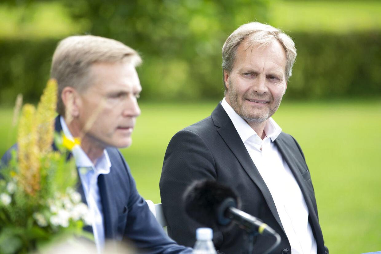 Peter Skaarup lytter til, at hans formand Kristian Thulesen Dahl taler med pressen i forbindelse med, at Dansk Folkeparti holder pressemøde efter sommergruppemødet på Sandbjerg Gods i Sønderborg, onsdag den 5. august 2020.