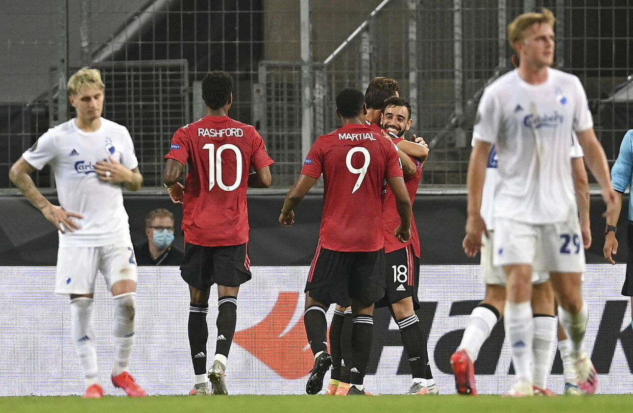 epa08596360 Manchester United's Bruno Fernandes (C) celebrates with team mates after scoring the 1-0 penalty goal during the UEFA Europa League quarter final soccer match between Manchester United and FC Copenhagen in Cologne, Germany, 10 August 2020 EPA/Sascha Steinbach / POOL