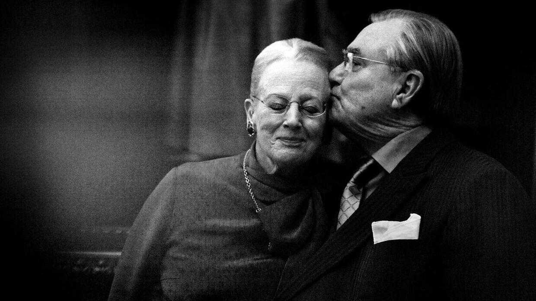 ARKIVFOTO af Prins Henrik, der giver Margrethe et kys.
