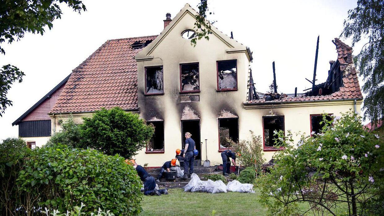 Politiets teknikere samler spor på en ejendom på Slagelse Landevej i den lille by Vemmelev på Vestsjælland, hvor en 80-årig mand blev fundet myrdet søndag.