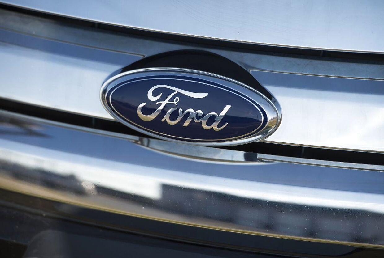 Både i juni og juli har Ford Kuga plug-in hybrid været Danmarks mest solgte bil, men nu er der konstateret alvorlige fejl ved teknikken. Her ses det kendte Ford-logo fra en helt anden model af det populære bil-mærke. (Photo by Saul LOEB / AFP)