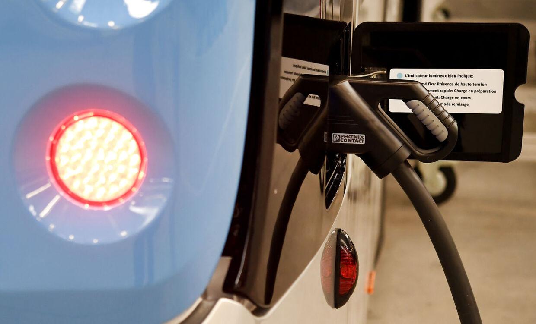 Her ses hybridbil af et helt andet mærke få strøm på en tanksstation.