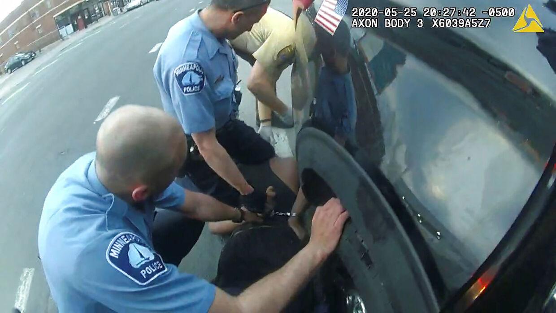 Selv mens det blev undersøgt, om den livløse Floyd stadig havde puls, holdt politimanden Derek Chauvin stadig sit knæ presset mod halsen på den liggende mand.
