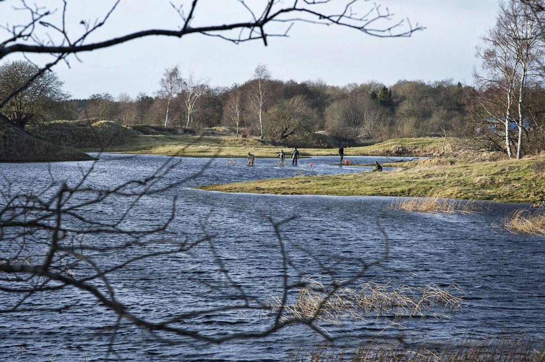 Dykkere undersøger søen, hvor liget af 17-årige Emilie Meng blev fundet. En hundelufter opdagede liget 24. december 2016, og i dagene efter blev der udført en række undersøgelser under vand og på land for at finde vigtige spor, der kunne indgå i efterforskningen.