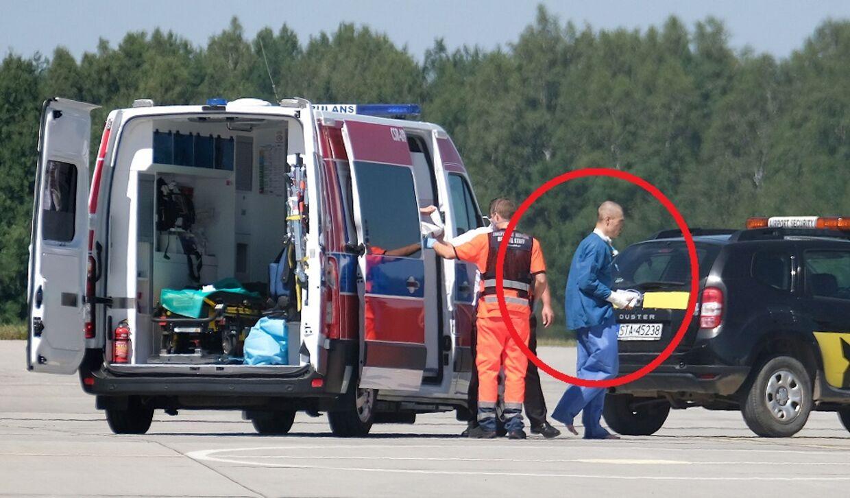 Fabio Jakobsen forlader ambulancen i den polske lufthavn og kan selv gå mod flyet, der onsdag fragtede ham til Holland.