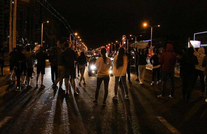 Hviderussiske demonstranter stopper trafikken i hovedstanden Minsk. Foto: EPA/STR