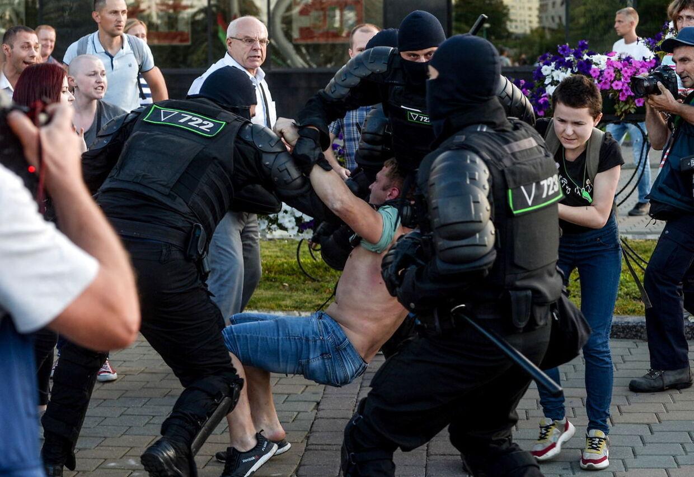Kort efter valgresultatet var kendt, gik store dele af befolkningen på gaden. Betjente slog hårdt ned på demonstranterne. Foto: EPA/YAUHEN YERCHAK