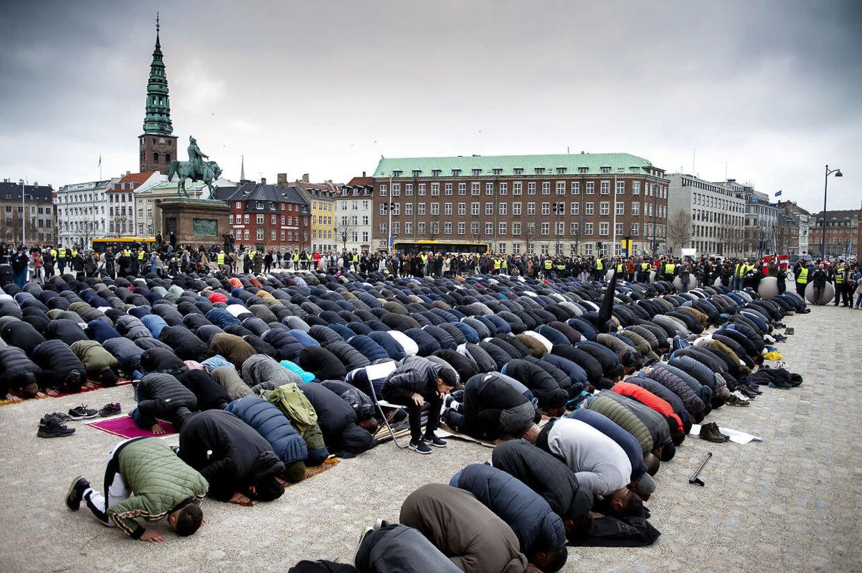 Hizb ut Tahrir Skandinavien holder fredagsbøn på Christiansborg Slotsplads i København fredag den 22. marts 2019. Fredagsbønnen er til støtte for de dræbte muslimer i Christchurch, New Zealand.. (Foto: Liselotte Sabroe/Ritzau Scanpix)