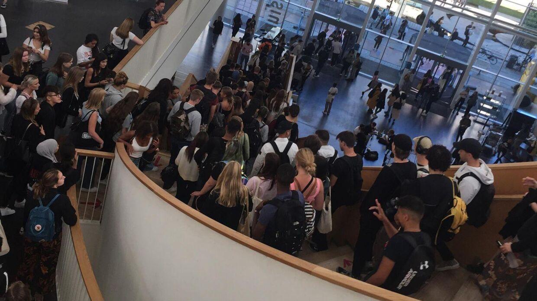 Elever stimler sammen på den centrale trappe i Ørestad Gymnasium.