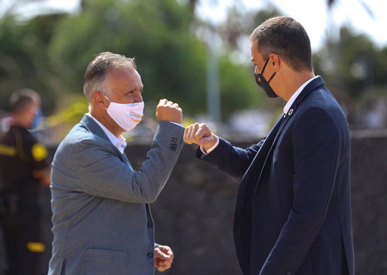 Kanarieøernes regionale præsident Angel Victor Torres (til venstre) mødes her med den spanske premierminister Pedro Sanchez.