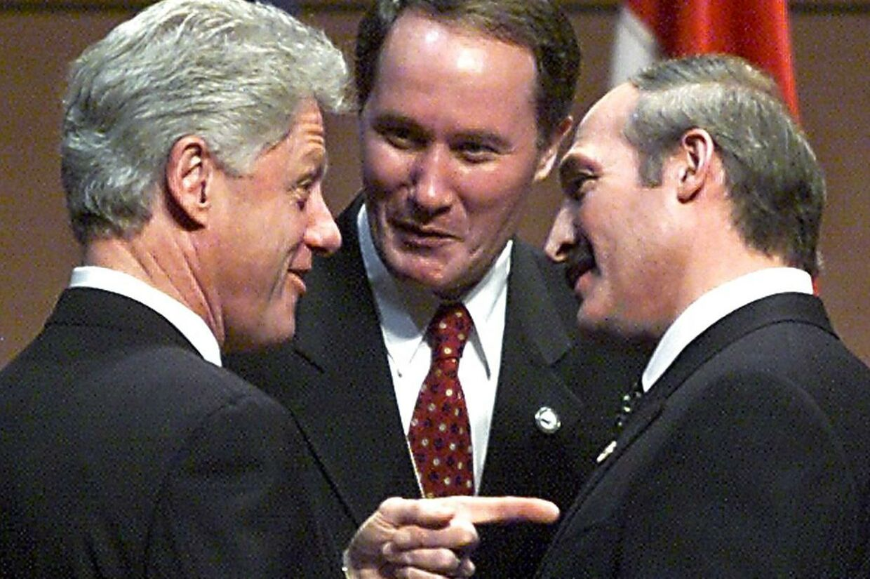 Da Lukasjenko kom til magten i 1994 ved det første demokratiske valg i Hviderusland, vakte han begejstring overalt. Her ses mødes han med daværende præsident Clinton.