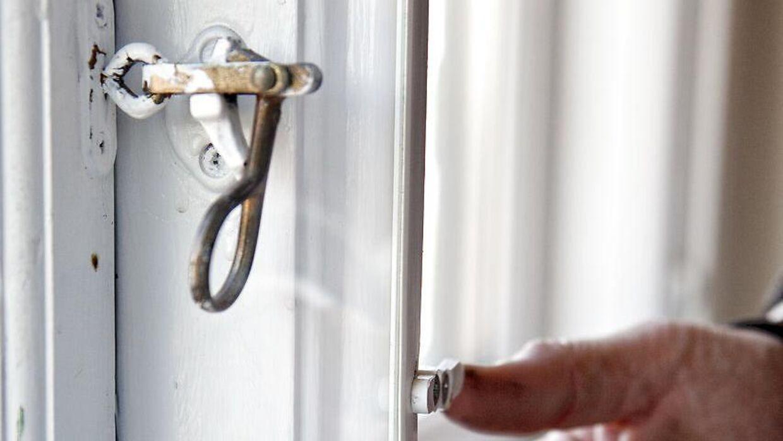 Vinduet skal lukkes og haspen skal på for at undgå indbrudstyve.
