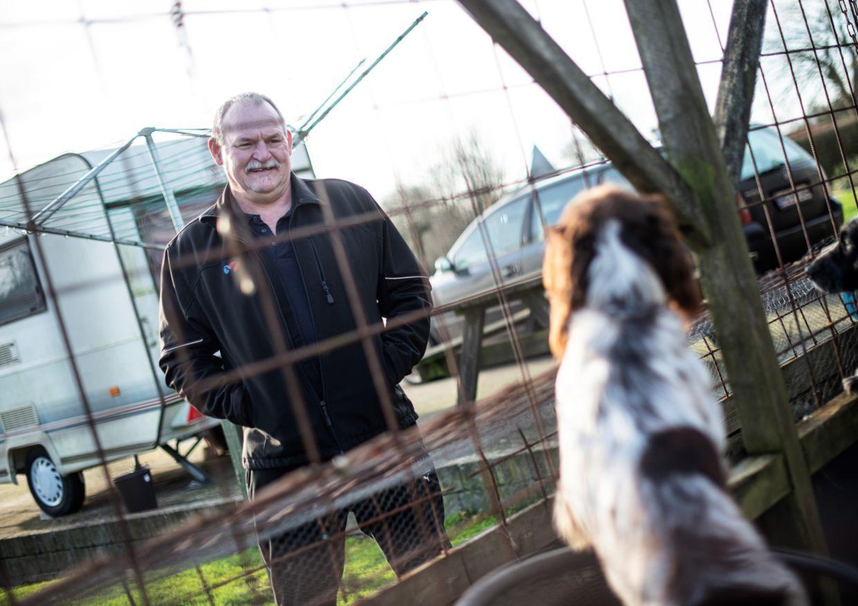 Arne Juhl leger med sin hund hjemme i januar.