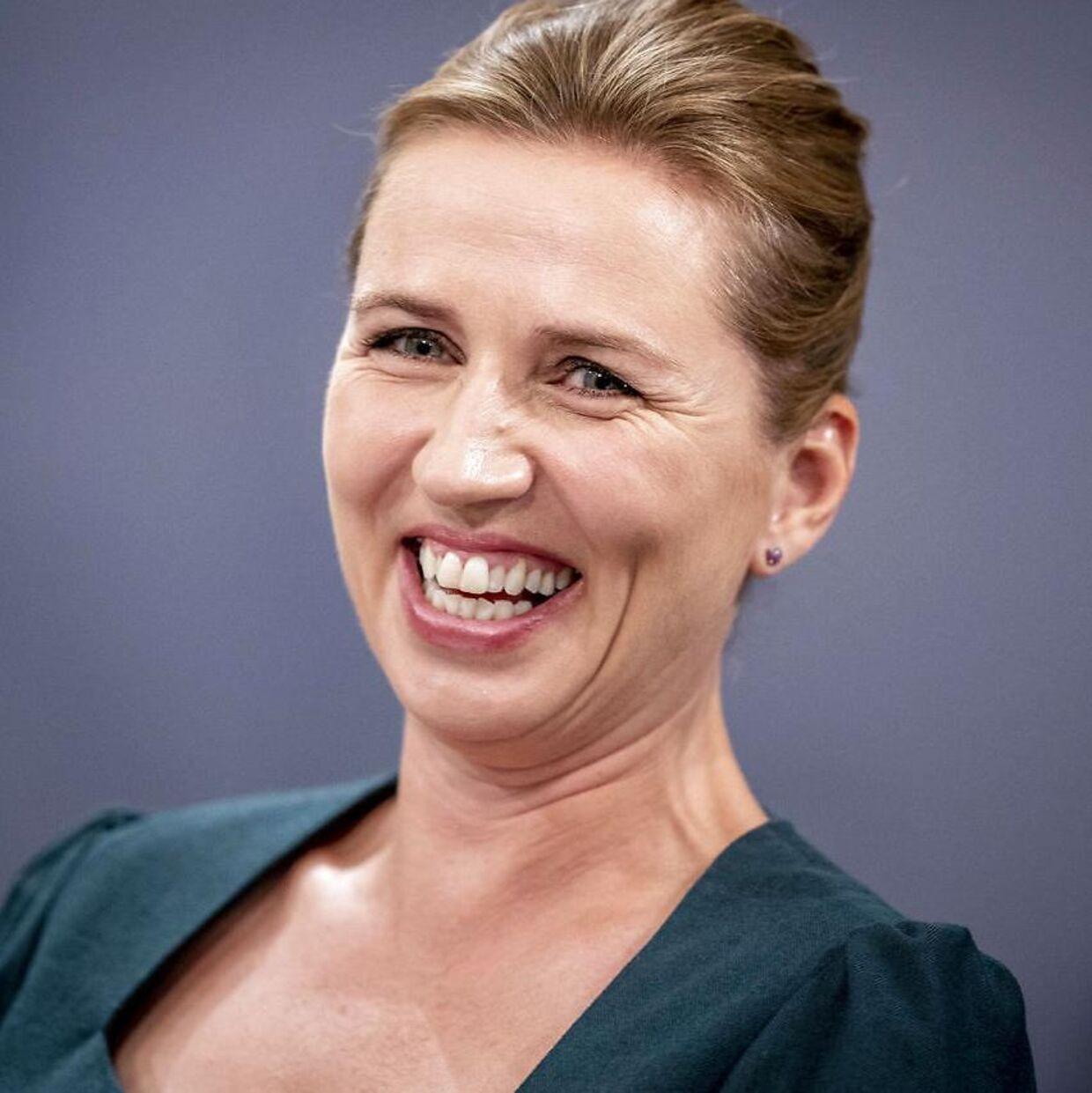 Statsminister Mette Frederiksen grinte, mens Søren Brostrøm demonstrerede, hvordan man tager mundbind på.