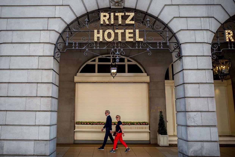 The Ritz hotel i London er kendt som et af de mest fashionable hoteller i Europa. For at komme ind i restauranten eller i te-salonen, skal man som mand have jakke og slips på. Som kvinde skal man naturligvis være tilsvarende stilfuld.