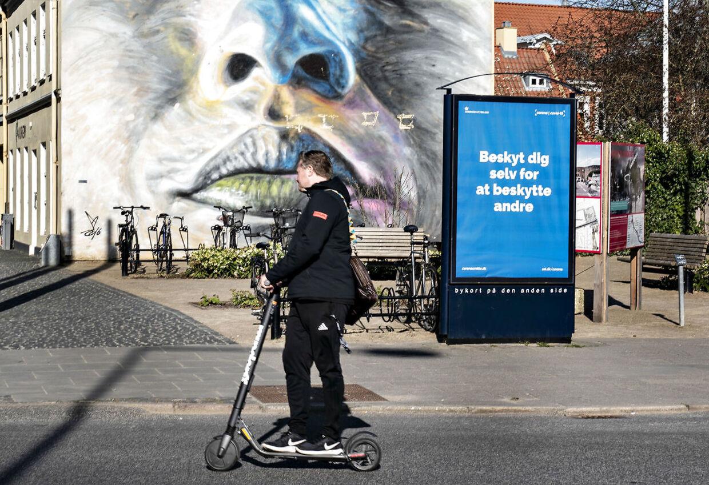 Advarsel fra Sundhedsstyrelsen mod coronasmitte på elektronisk reklamestander ved gågade i Aalborg 8. april 2020.