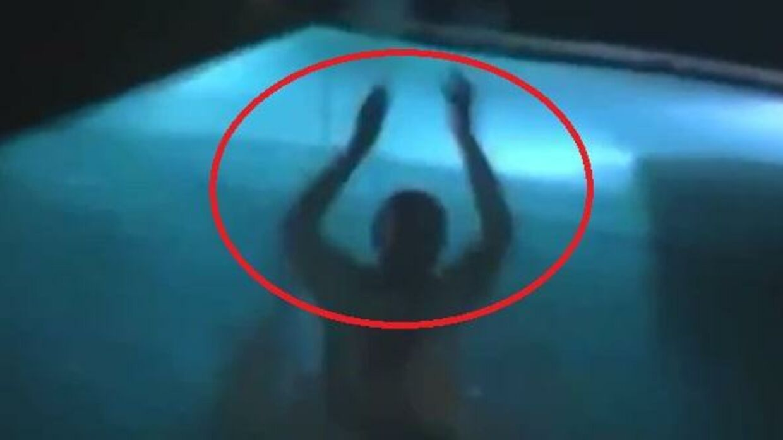 På billedet ses Rakitic hoppe i poolen.