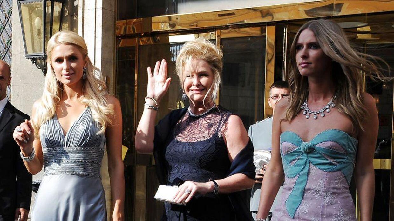 Paris Hilton ses her med sin mor Kathy Hilton og med søsteren Nicki Hilton (th).