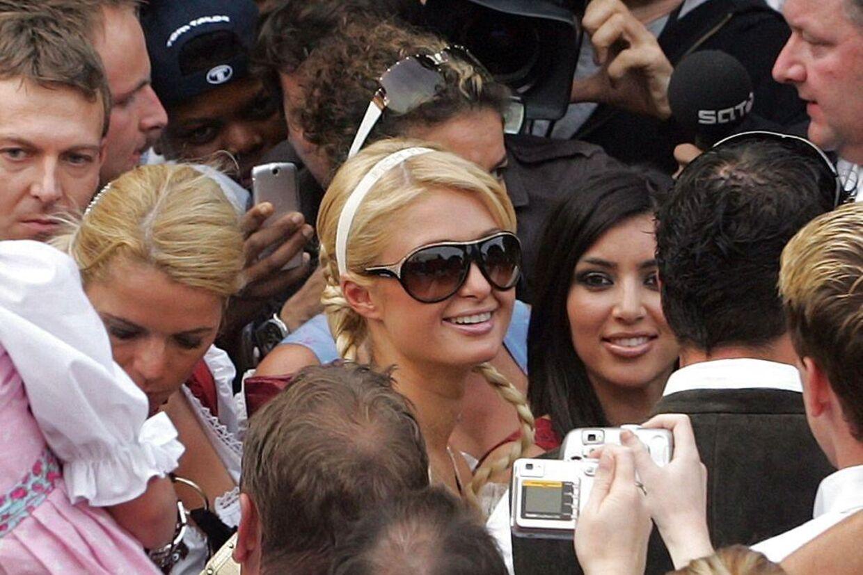Før Kim Kardashian blev berømt, var hun stylist for Paris Hilton. Her ses hun til højre for Paris Hilton ved en oktoberfest i tyske Munchen i 2006.