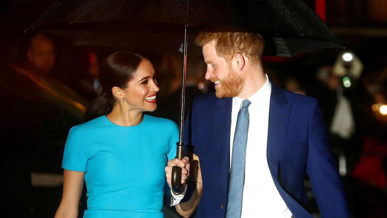 Selv om prins Harry og hertuginde Meghan har meldt sig ud af det royale liv, så skaber de stadig overskrifter.