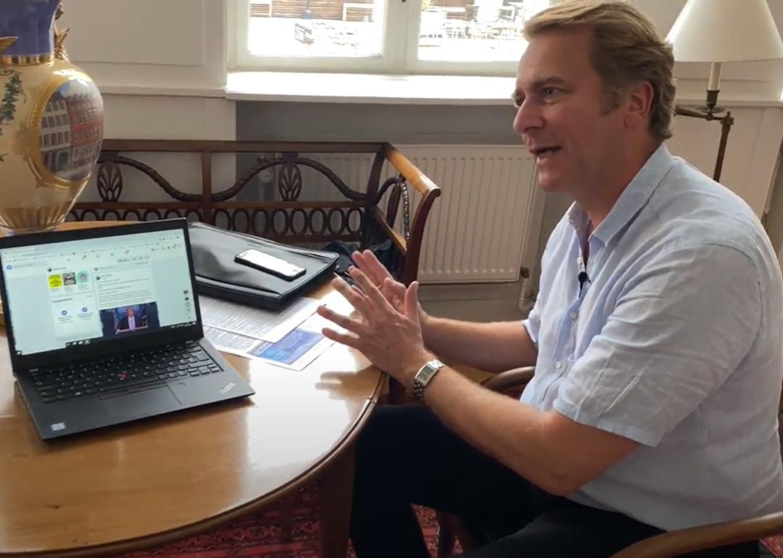 Mads Palsvig forklarer om nogle af de nyeste opslag, han har lagt på Facebook.